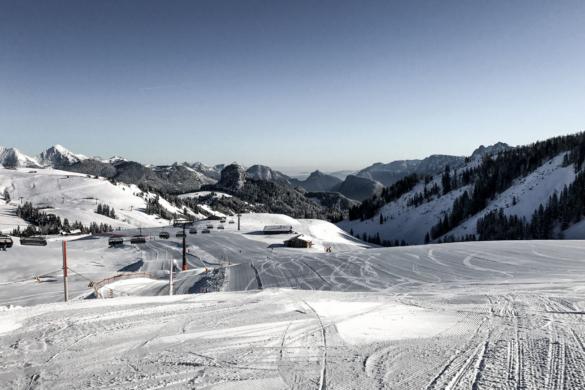 Weite, flache Pisten im Skigebiet