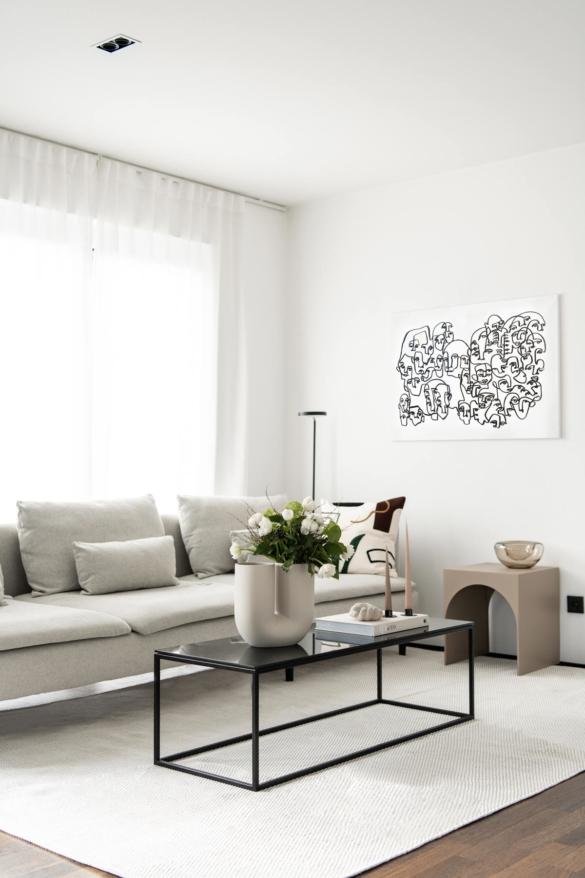 Wohnzimmer mit Couchtisch